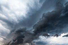 Mooie onweershemel met wolken, apocalyps als royalty-vrije stock afbeeldingen