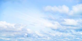 Mooie onweershemel met wolken, apocalyps, donder, tornado Achtergrond van donkere wolken vóór of na een onweersbui Stock Afbeelding