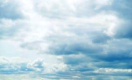 Mooie onweershemel met wolken, apocalyps, donder, tornado Achtergrond van donkere wolken vóór of na een onweersbui Royalty-vrije Stock Afbeeldingen