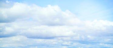 Mooie onweershemel met wolken, apocalyps, donder, tornado Achtergrond van donkere wolken vóór of na een onweersbui Royalty-vrije Stock Foto's