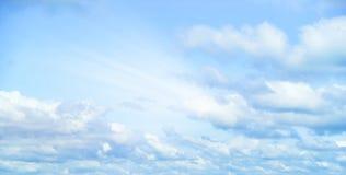 Mooie onweershemel met wolken, apocalyps, donder, tornado Achtergrond van donkere wolken vóór of na een onweersbui Royalty-vrije Stock Foto