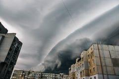 Mooie onweershemel met wolken over de stad, apocalyps als stock foto's