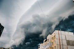 Mooie onweershemel met wolken over de stad, apocalyps als royalty-vrije stock afbeeldingen
