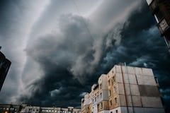 Mooie onweershemel met wolken over de stad, apocalyps als stock afbeeldingen