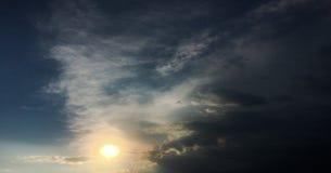 Mooie onweershemel met wolkenachtergrond Donkere hemel met het onweer van de de aardwolk van het wolkenweer Donkere hemel met wol Royalty-vrije Stock Afbeelding