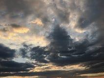 Mooie onweershemel met wolkenachtergrond Donkere hemel met het onweer van de de aardwolk van het wolkenweer Donkere hemel met wol Stock Foto