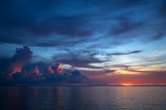 Mooie onweerswolken bij de zonsondergang Stock Afbeeldingen
