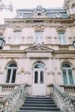 Mooie Oostenrijkse klassieke 19de eeuw die hoofdenbtrance bouwen royalty-vrije stock afbeelding