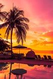 Mooie openluchtmening met paraplu en stoel rond het zwemmen p Royalty-vrije Stock Afbeeldingen