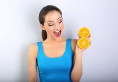 Mooie opgewekte pret jonge gezonde vrouw met geopende mondgreep stock afbeeldingen