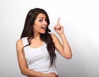Mooie opgewekte toevallige vrouw die de vinger met tand benadrukken Stock Foto's