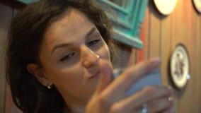 Mooie opwindende jonge vrouw die selfiein koffie maken stock footage