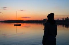Mooie oranje de zonsondergangavond van het meisjeshorloge Royalty-vrije Stock Afbeelding