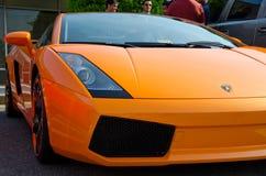 Mooie oranje lamborghini bij de auto's en de koffiegebeurtenis van Richmond Stock Afbeeldingen