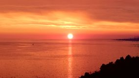 Mooie oranje zonsondergang boven overzees dichtbij piran Stock Foto