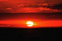 Mooie oranje zonsondergang in grote kontrast Royalty-vrije Stock Foto