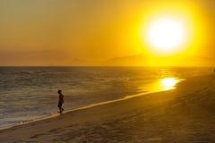 Mooie oranje zonsondergang in het strand van barrada Tijuca, Rio DE janeiro Stock Afbeeldingen