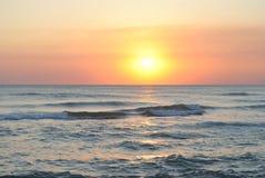 Mooie oranje zonsondergang op de overzeese golven Stock Fotografie