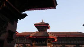 Mooie oude architectuur van koninklijk Durbar-vierkant Buitenkant van tempelgebouwen op Durbar-vierkant in helder zonlicht stock videobeelden