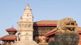 Mooie oude architectuur van koninklijk Durbar-vierkant Buitenkant van tempelgebouwen op Durbar-vierkant in helder zonlicht stock video