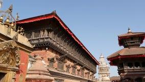 Mooie oude architectuur van koninklijk Durbar-vierkant Buitenkant van tempelgebouwen op Durbar-vierkant in helder zonlicht stock footage