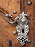 Mooie oude die deurkruk en decoratie van zilver op een bruine deur wordt gemaakt royalty-vrije stock fotografie