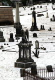 Mooie oude die grafstenen over heuvelig terrein van begraafplaats worden verspreid Stock Afbeelding