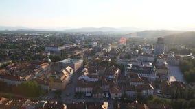 Mooie oude Europese stad die zich naar bergen op horizon, magisch uur uitbreiden stock footage