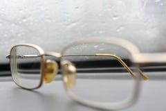 Mooie oude glazen tegen glas met dalingen Stock Afbeeldingen