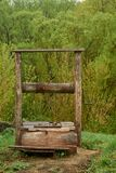 Mooie oude houten goed in het dorp op de achtergrond royalty-vrije stock afbeelding