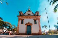 Mooie oude kerk door de palmen aan de blauwe hemel Stock Foto's