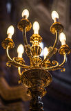Mooie oude kroonluchter in kerk Stock Afbeeldingen