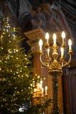 Mooie oude kroonluchter in kerk met Kerstboom bij de achtergrond Stock Afbeeldingen