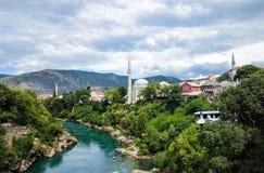 Mooie oude stad Mostar en Neretva-rivier royalty-vrije stock fotografie