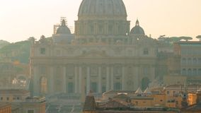 Mooie oude vensters in Rome (Italië) Beroemde Pauselijke Basiliek van St Peter In Vatican De Plaats van de Erfenis van de Wereld  stock footage