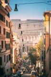 Mooie oude vensters in Rome (Italië) Colosseum als Flavian Amphitheatre ook wordt bekend dat Verkeer in Rome dichtbij Beroemd Wer royalty-vrije stock afbeeldingen