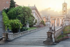 Mooie oude vensters in Rome (Italië) Cordonata Capitolina, Egyptisch leeuwenfontein en Dioscuri-standbeeld Het oriëntatiepunt van royalty-vrije stock afbeelding