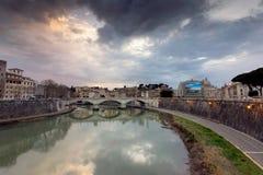 Mooie oude vensters in Rome (Italië) Mening van de bruggen over Rivier Tiber Stock Foto
