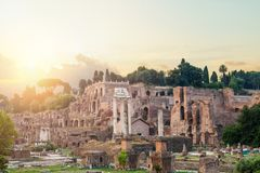 Mooie oude vensters in Rome (Italië) Roman ruïnes, Forum Het oriëntatiepunt van Rome stock afbeeldingen