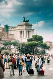 Mooie oude vensters in Rome (Italië) Toeristen die Koffers dragen dichtbij Altaar van het Vaderland op Piazza Venezia stock fotografie