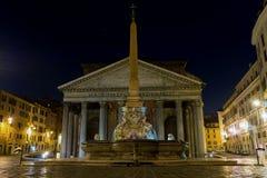 Mooie oude vensters in Rome (Italië) Pantheon bij nacht Stock Foto