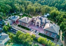 Mooie oude villatuin van hierboven, groene tuin Hoogste mening van luxebuitenhuis Royalty-vrije Stock Foto