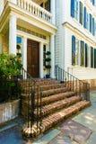 Mooie oude voordeur met baksteenstappen Royalty-vrije Stock Afbeeldingen