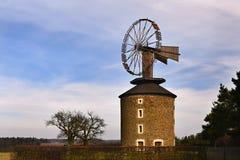 Mooie oude windmolen bij zonsondergang met hemel en wolken Ruprechtov - Tsjechische Republiek - Europa royalty-vrije stock fotografie