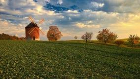 Mooie Oude Windmolen Landschapsfoto met architectuur bij zonsondergang gouden uur Chvalkovice - Tsjechische Republiek - Europa stock foto