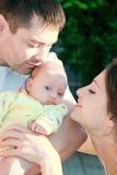 Mooie ouders die hun baby bekijken Royalty-vrije Stock Afbeelding