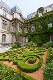 Mooie overladen tuinen van museum Carnavalet Stock Foto's