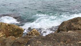 Mooie Overzees met golven en bewolkt hemel turkoois water bij het strand op een de zomerdag stock videobeelden