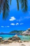 Mooie overzees op tropisch eiland met glashelder water Royalty-vrije Stock Foto's