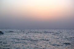 Mooie overzeese en het toenemen zon royalty-vrije stock afbeelding